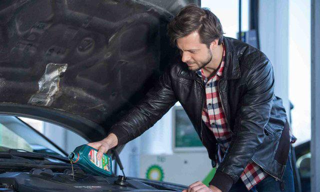 Jak sprawdzić poziom oleju w silniku